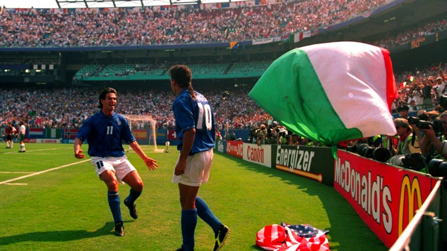 Demetrio-Albertini-rushes-to-congratulate-Roberto-Baggio-after-his-second-goal-for-Italy-in-their-2-1-win-over-Bulgaria-in-the-1994-FIF